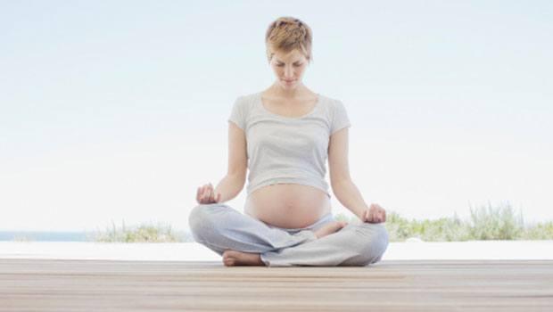 practicar yoga y la concentración